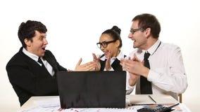 Equipe que fala alegremente, notícia muito feliz do negócio video estoque