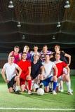 Equipe que joga o esporte do futebol ou do futebol interno Foto de Stock