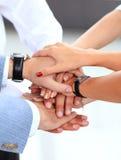 Equipe que põe suas mãos sobre se imagem de stock