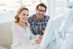 Equipe que vai sobre a folha do contato da foto que sorri na câmera Imagem de Stock