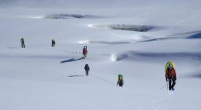 Equipe Roped que move-se através de uma geleira Imagem de Stock Royalty Free