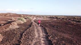 Equipe running apenas através do deserto à nenhumaa parte em Tenerife, Ilhas Canárias filme