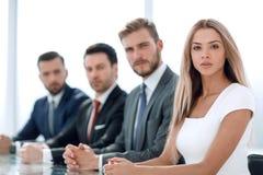 Equipe séria do negócio em uma oficina foto de stock royalty free