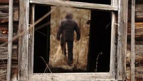 Equipe sair de uma entrada da casa destruída abandonada velha vídeos de arquivo