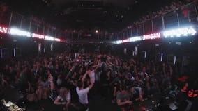 Equipe saltam nas mãos da multidão no partido no clube noturno Divertimento entertainment audiências vídeos de arquivo