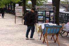 Equipe sellling suas pinturas no riverbank em Praga, República Checa Fotos de Stock Royalty Free