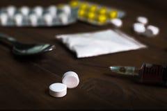 equipe a seringa da droga da medicamentação da dependência de substância e o herói cozinhado fotografia de stock royalty free