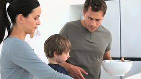 Equipe servir uma salada a sua família para o almoço