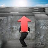 Equipe a seta vermelha levando acima do labirinto entrando do sinal com céu Imagens de Stock