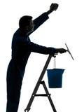 Equipe a silhueta do líquido de limpeza de janela da limpeza do guarda de serviço do trabalhador da casa Fotografia de Stock
