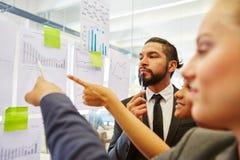 Equipe Start-up na análise de dados da estatística imagens de stock