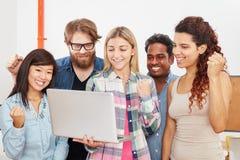Equipe startup bem sucedida com portátil imagens de stock royalty free