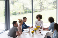 Equipe startup multi-étnico do negócio na reunião fotografia de stock royalty free