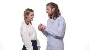 Equipe surpreendente seu sócio com anel de noivado sobre o estúdio branco isolado video estoque
