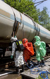 Equipe tóxica da emergência dos ácidos dos produtos químicos perto do tanque Fotografia de Stock Royalty Free