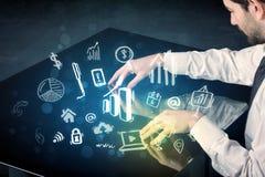 Equipe a tabela esperta da tecnologia tocante com ícones do negócio Fotografia de Stock