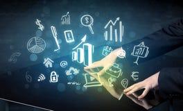 Equipe a tabela esperta da tecnologia tocante com ícones do negócio Imagem de Stock Royalty Free