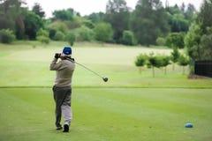 Equipe teeing fora em um campo de golfe com um motorista imagens de stock royalty free