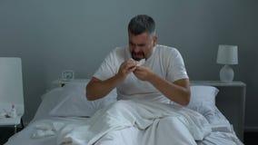 Equipe ter a alergia sazonal, espirrando na cama, antistamínicos das necessidades, cuidados médicos video estoque
