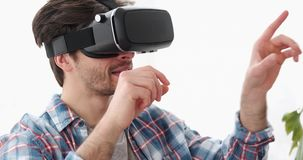 Equipe ter o divertimento que joga o jogo em auriculares da realidade virtual vídeos de arquivo