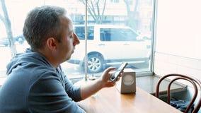 Equipe texting e consultar com app móvel em um café imagem de stock