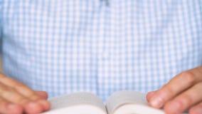 Equipe toma seus vidros e lê um fim do livro acima vídeos de arquivo