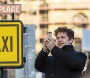 Equipe a tomada de fotos com seu telefone de uma demonstração no quadrado de Praga Wenceslas contra o governo e o Babis atuais 20 Fotos de Stock Royalty Free