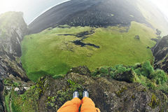 Equipe a tomada de fotos do penhasco de Dyrholaey, Islândia Fotografia de Stock