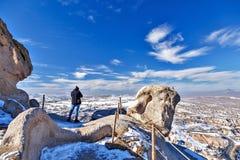 Equipe a tomada de fotos em Cappadocia em uma rocha fotos de stock royalty free