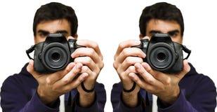 Equipe a tomada de uma imagem com câmera de SLR, fundo branco imagem de stock royalty free