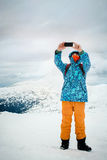 Equipe a tomada do selfie com o smartphone no fundo das montanhas Fotos de Stock Royalty Free