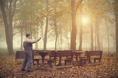 Equipe tomam uma imagem com seu telefone na floresta fotos de stock royalty free