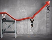 A equipe trabalha para melhorar o lucro de negócio imagens de stock royalty free