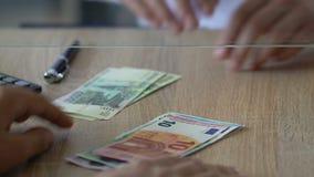 Equipe a troca de rublos de russo pelo euro no banco, mercado da divisa estrageira, close up filme