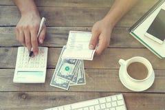 Equipe usando a calculadora e calcule contas no escritório imagem de stock royalty free