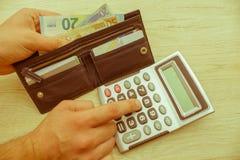 Equipe usando a calculadora e calcule o dinheiro no escritório domiciliário fotografia de stock