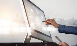 Equipe usando a compra do computador e dos pagamentos móveis e a conexão de rede em linha do cliente do ícone na tela no fundo da fotos de stock royalty free