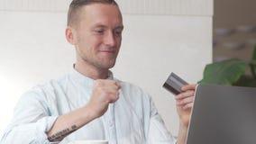 Equipe usando o computador para a compra em linha com cartão de crédito filme