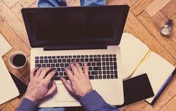 Equipe usando o portátil em um assoalho - conceito de trabalho Imagem de Stock