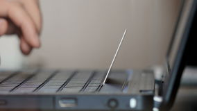 Equipe usando o portátil para a compra em linha com cartão de crédito vídeos de arquivo