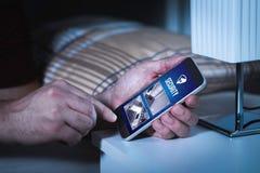 Equipe usando o sistema e a aplicação de segurança interna no smartphone foto de stock royalty free