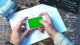 Equipe usando o telefone esperto gestos de mão da tabela de madeira em vários vídeos de arquivo