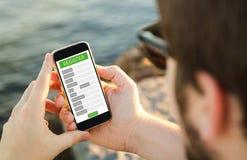 Equipe usando seu móbil para registrar-se em uma Web imagens de stock