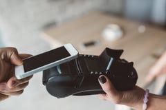 Equipe usando a tecnologia de NFC no telefone esperto para pagar imagens de stock royalty free