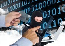 Equipe usando uma tabuleta com cabeça do hacker na tela ao guardar um cartão de crédito foto de stock