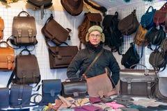 Equipe a venda de sacos de couro feitos a mão no advento do mercado do Natal de Vilnius Fotografia de Stock Royalty Free