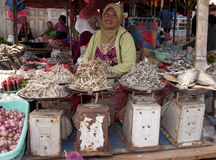 Equipe a venda de vegetais de fruto fresco e de mercado Indonésia do fisch Fotos de Stock Royalty Free