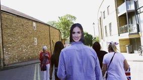 Equipe vestir com a máscara de Meghan Markle que anda na rua de Windsor video estoque