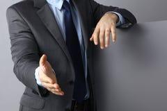 Equipe vestir um terno que oferece agitar as mãos foto de stock royalty free