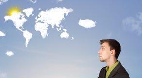 Equipe a vista de nuvens e de sol do mundo no céu azul Fotos de Stock Royalty Free